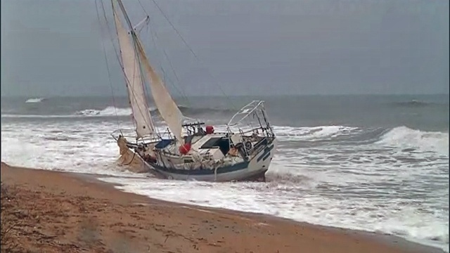 Sailboat aground on PVB