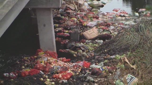 Crash leaves trash in river_23673670