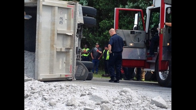 Dump truck overturned_25468642
