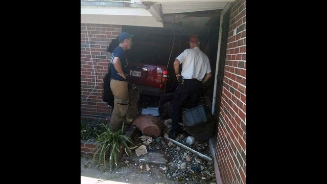 SUV in house_25309142
