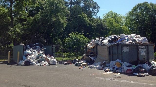 Trash at apartment complex_25599636