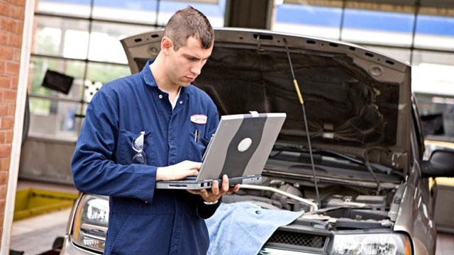 mechanic with laptop