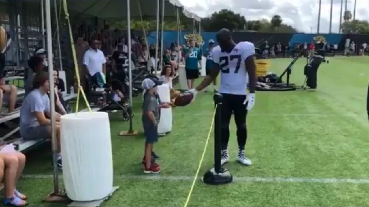 Fournette%20and%20kid%20Cropped_1533240809117.png_12451439_ver1.0_1280_720 Leonard Fournette making more fans at training camp