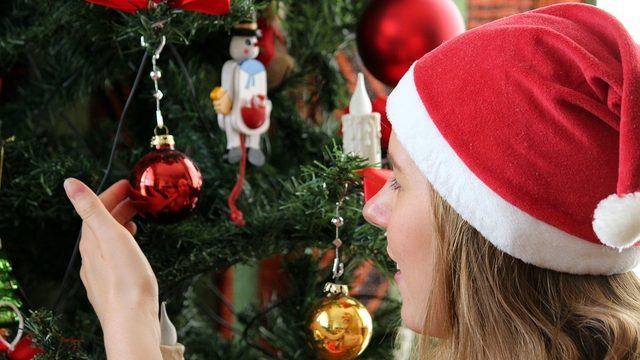 People who put up holiday decorations early are happier, according to study