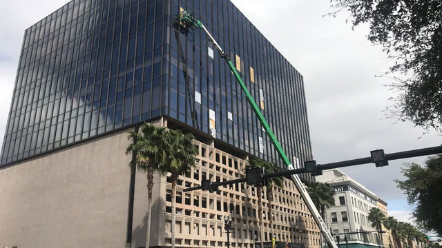 Work begins to replace downtown building's broken windows