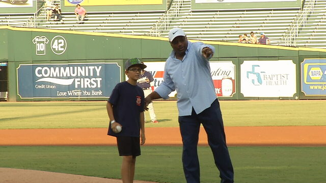 NFL legend Bo Jackson asks child to throw out 1st pitch at Shrimp game
