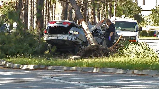 1 killed, 2 injured when teens crash into tree on Oakleaf Village Parkway
